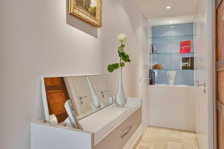 Appartement G: Couloir et hall d'entrée de style  par Atelier Rémy Giffon