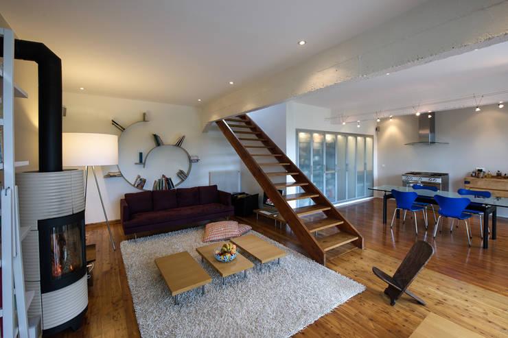 Salon ouvert sur salle à manger / cuisine: Salon de style de style Moderne par Fables de murs