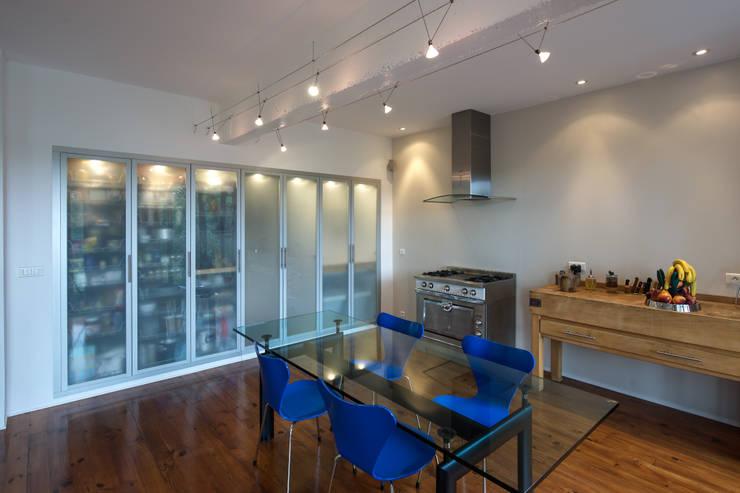Salla à manger cuisine: Salon de style de style Moderne par Fables de murs
