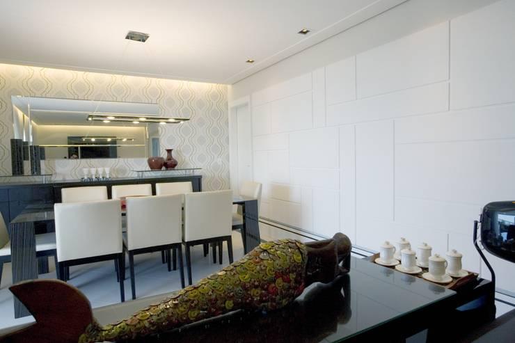 PROJETO - PRETO, BRANCO E PRÁTICO - LIVING: Salas de jantar  por Adriana Scartaris: Design e Interiores em São Paulo