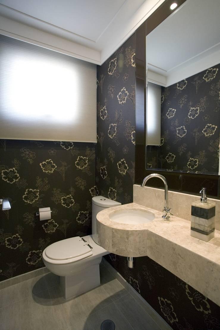 PROJETO - PRETO, BRANCO E PRÁTICO - LIVING: Banheiros  por Adriana Scartaris: Design e Interiores em São Paulo