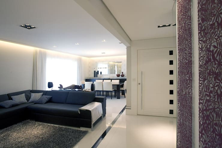 PROJETO - PRETO, BRANCO E PRÁTICO - LIVING: Salas de estar  por Adriana Scartaris: Design e Interiores em São Paulo