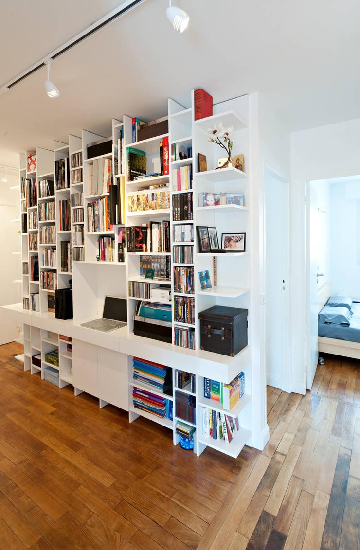 Une bibliothèque rythmée: Bureau de style de style Moderne par Fables de murs