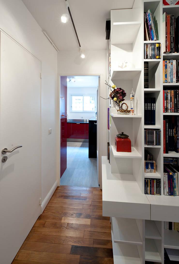 Une bibliothèque à la porte de la cuisine: Bureau de style de style Moderne par Fables de murs