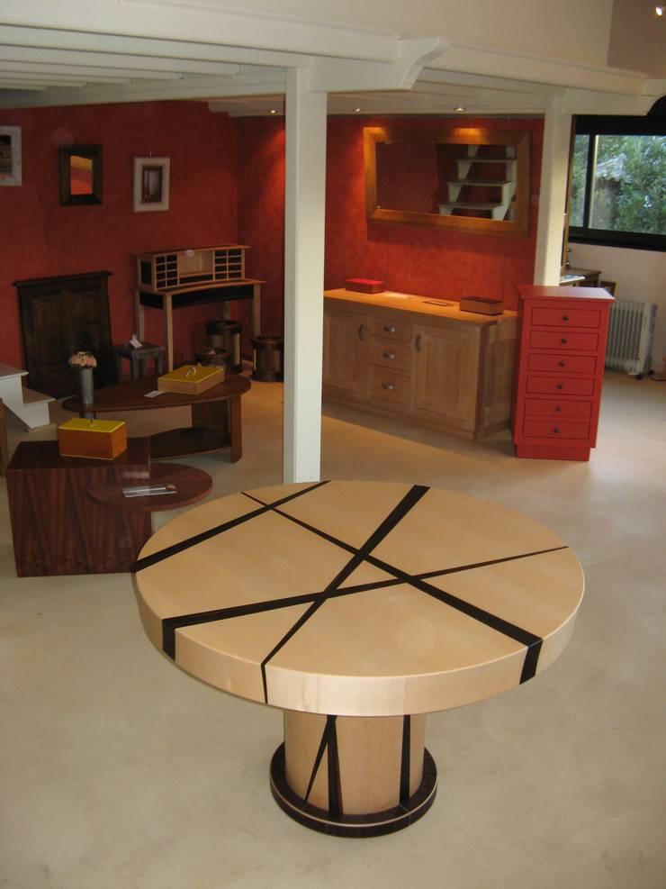 Table ronde: Salle à manger de style  par atelier de l'ebeniste
