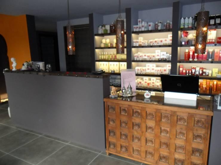 Accueil-comptoir: Espaces commerciaux de style  par SoDa créations pétillantes, Éclectique