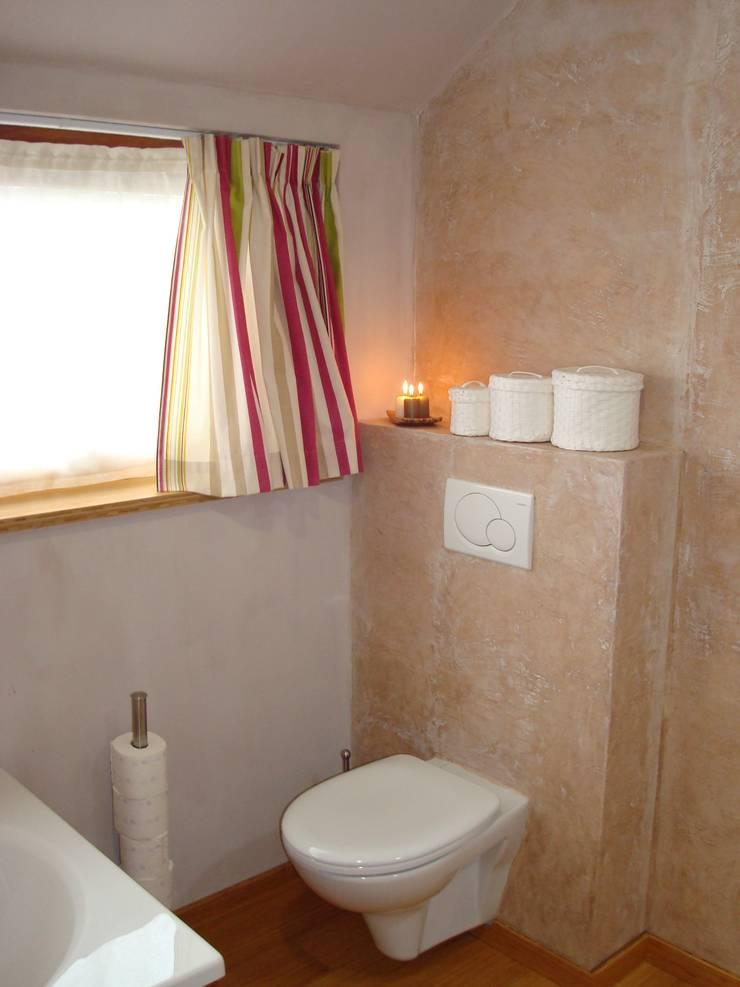 Salle de bains : enduit mural en marmorino et peinture à la chaux: Maisons de style  par SoDa créations pétillantes