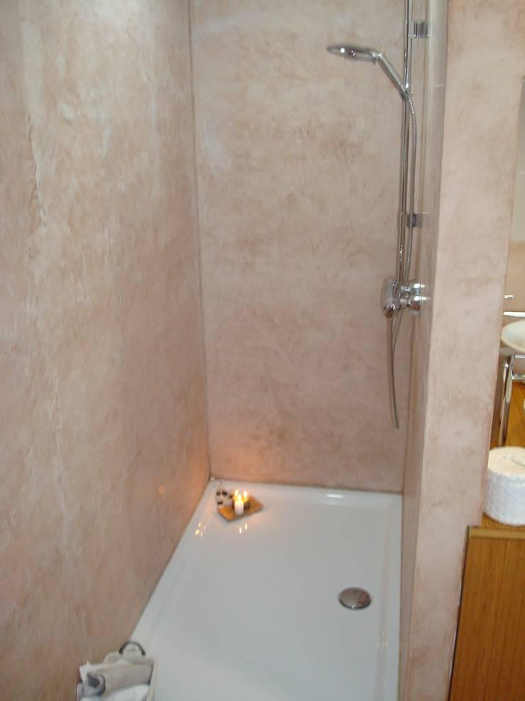 Cabine de douche en marmorino (enduit naturel): Maisons de style  par SoDa créations pétillantes