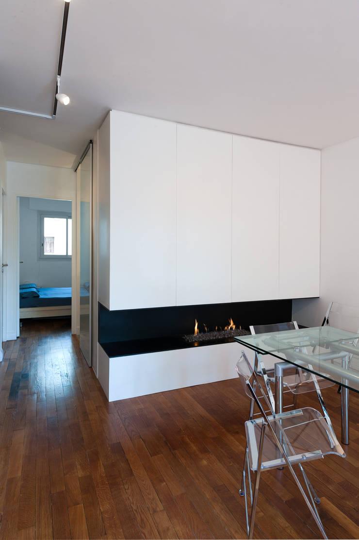 Une cheminée contemporaine: Salle à manger de style de style Moderne par Fables de murs