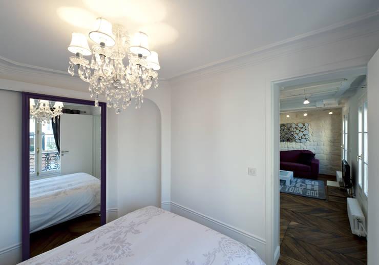 Un miroir secret: Chambre de style de style Classique par Fables de murs