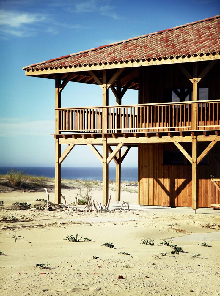 Face a l'Ocean: Chalets & maisons en bois de style  par EURL Cyril DULAU architecte