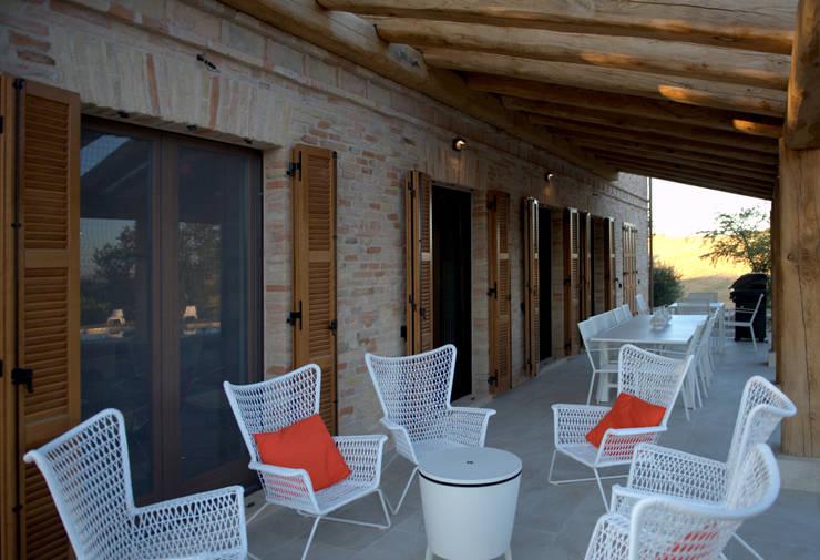 Casale a Montemarciano: Case in stile  di LPA