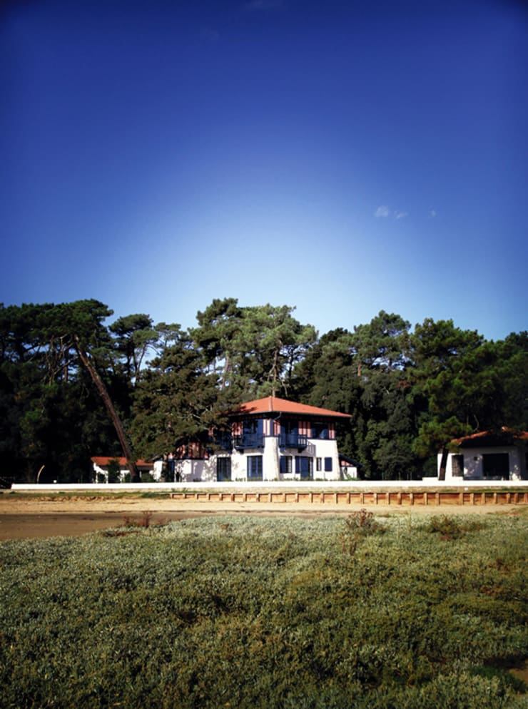 Sur le Bord du lac:  de style  par EURL Cyril DULAU architecte