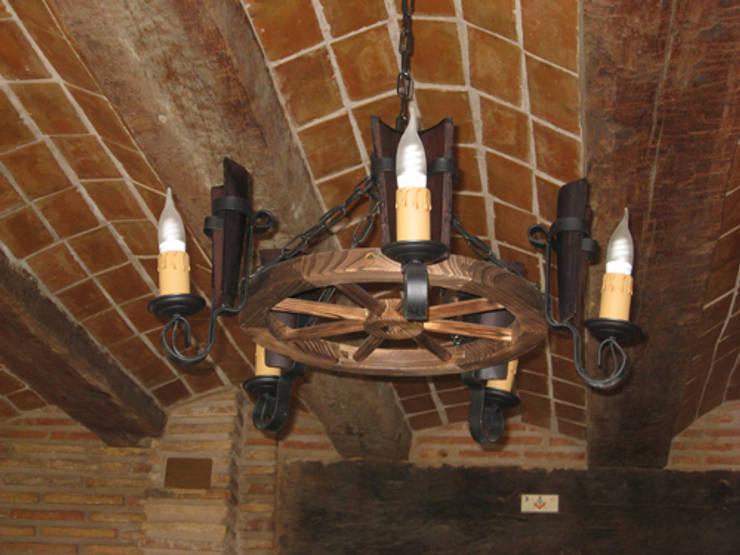 LAMPARA DE RUEDA DE CARRO DE 5  LUCES: Salones de estilo  de RUSTILUZ