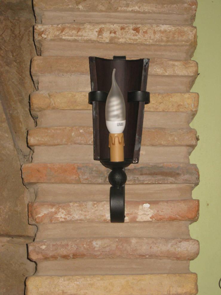 LAMPARA DE RUEDA DE CARRO DE 5  LUCES: Paredes y suelos de estilo  de RUSTILUZ