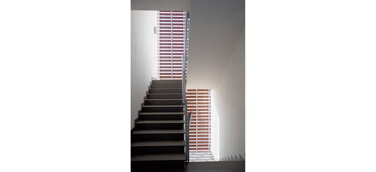 Palazzina residenziale V : Ingresso & Corridoio in stile  di Studio Zero85, Moderno