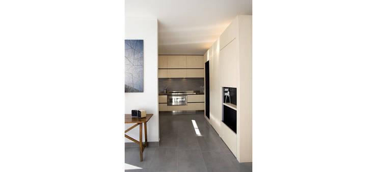 Palazzina residenziale V : Cucina in stile  di Studio Zero85, Moderno