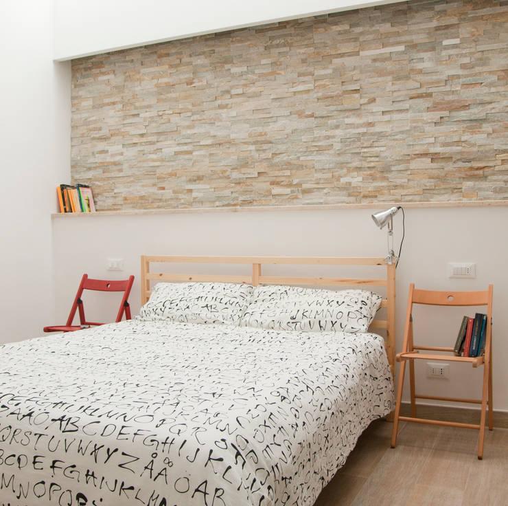 CASA AP: Camera da letto in stile  di Andrea Orioli