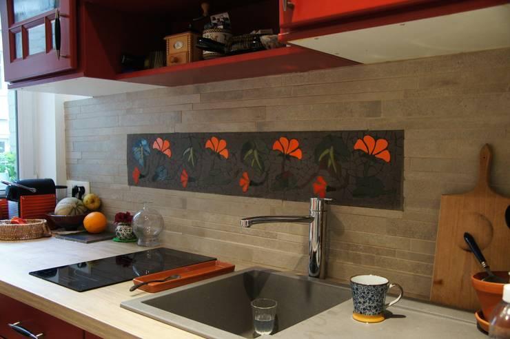 Frise en carrelage mosaïque sur une crédence de cuisine: Cuisine de style de style eclectique par Mosa de Luna