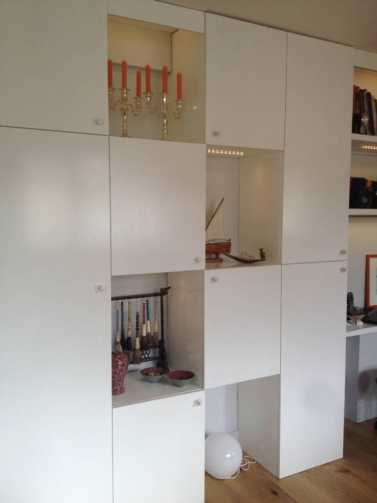 Mur de placards: Salon de style  par AUDE SWEET HOME