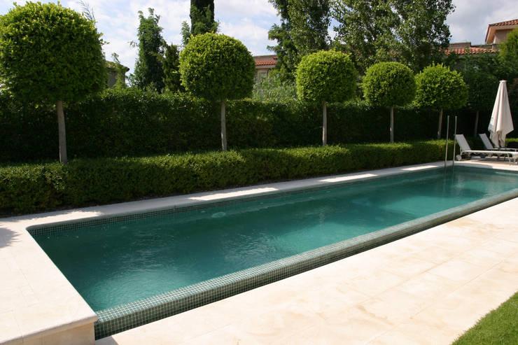 Jardín particular con piscina: Jardines de estilo  de CONILLAS - exteriors