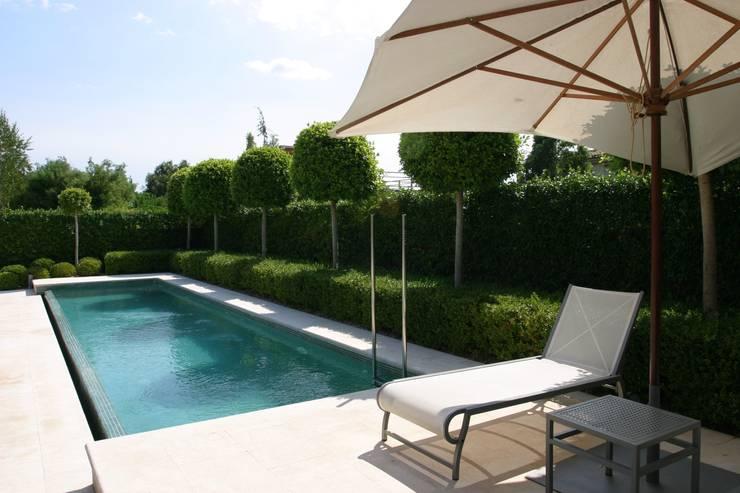 Piscina de hormigón: Jardín de estilo  de CONILLAS - exteriors