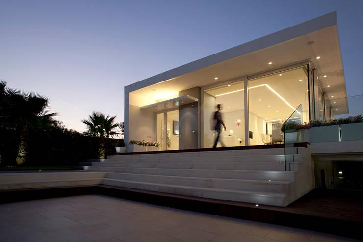 Villa con Piscina:  in stile  di Sebastiano Adragna Architetti