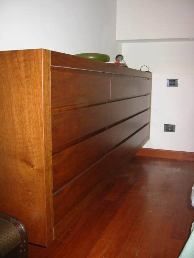 Cassettiera.: Camera da letto in stile  di ARKHISTUDIO