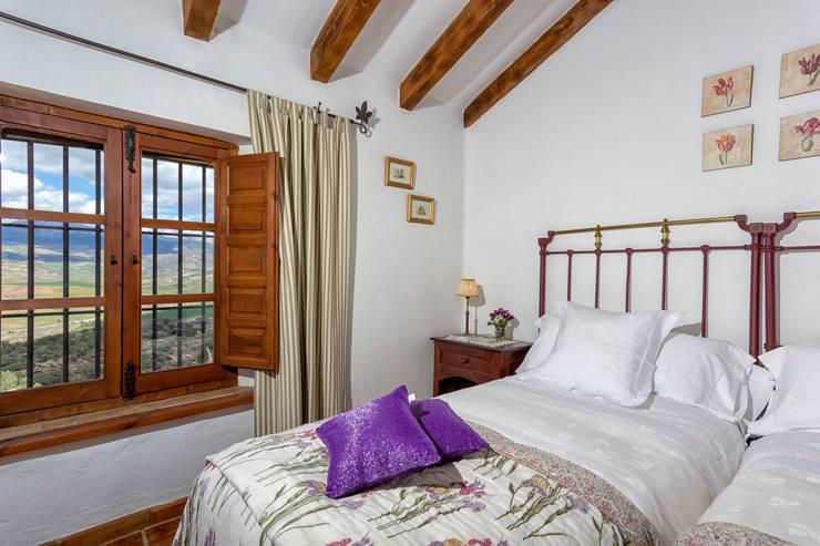 Camera da letto in stile  di Espacios y Luz Fotografía