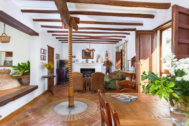 Living room by Espacios y Luz Fotografía