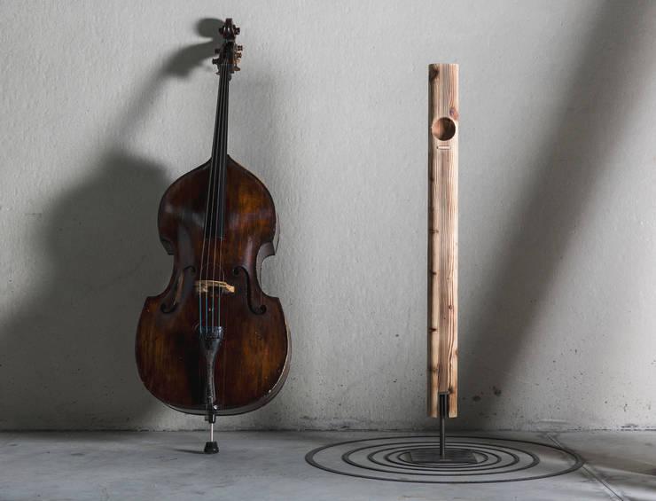 itòch  totem acoustic amplifier: Soggiorno in stile  di iTòch