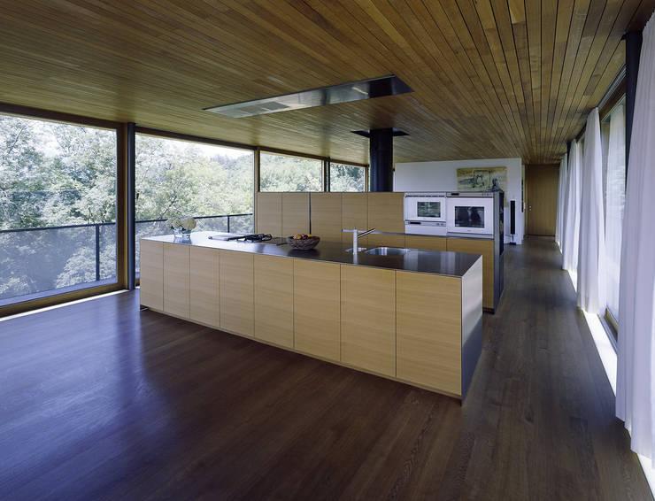 Haus B: moderne Küche von Dietrich | Untertrifaller Architekten ZT GmbH