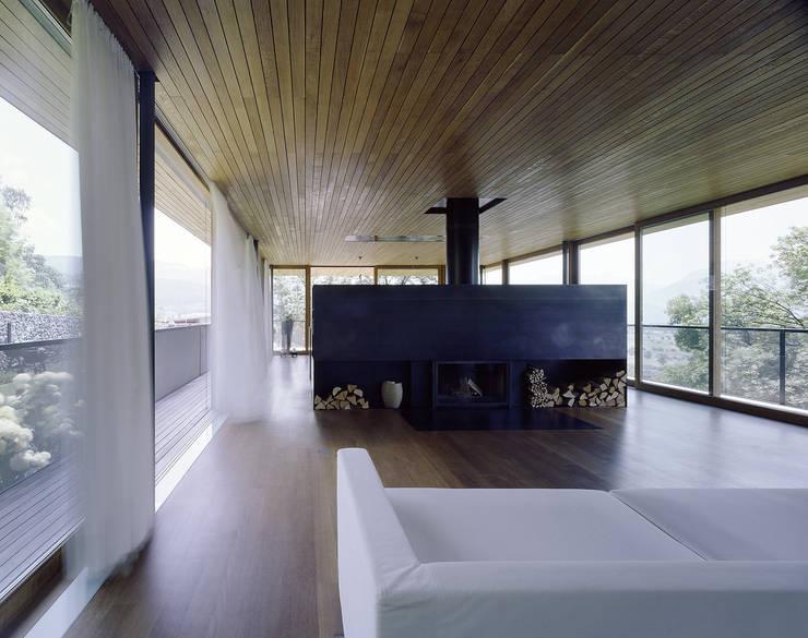 Haus B:  Wohnzimmer von Dietrich | Untertrifaller Architekten ZT GmbH