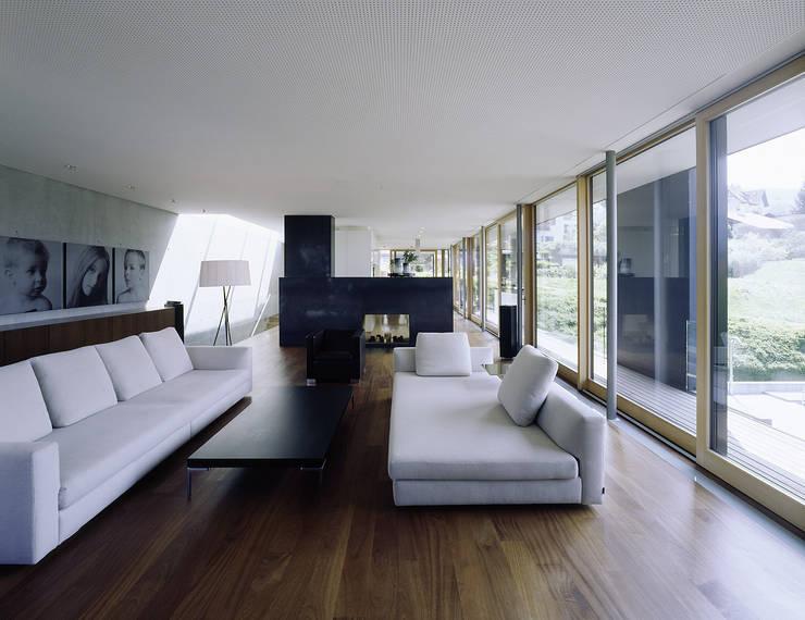 غرفة المعيشة تنفيذ Dietrich | Untertrifaller Architekten ZT GmbH