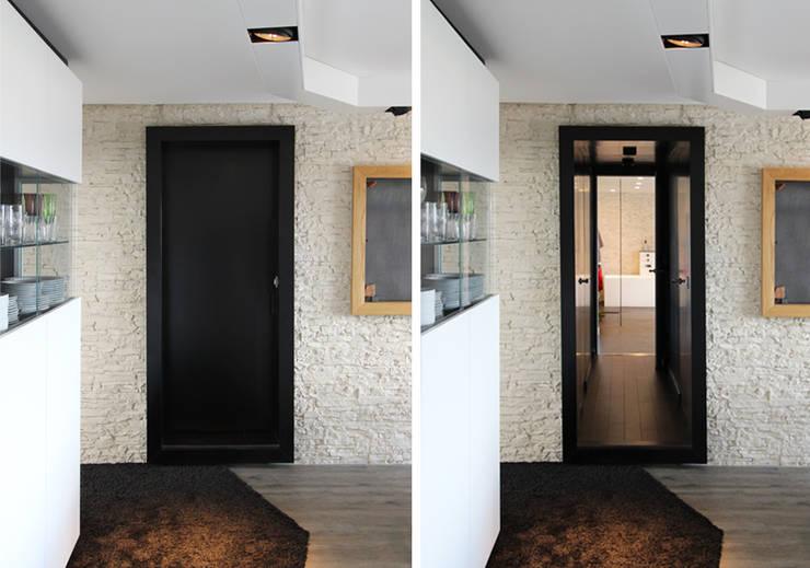 Pelleport: Couloir et hall d'entrée de style  par Agence Glenn Medioni