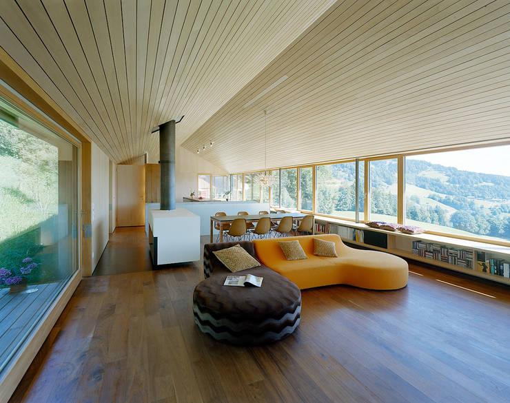 Haus K:  Wohnzimmer von Dietrich | Untertrifaller Architekten ZT GmbH,