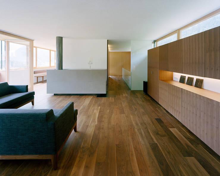 Haus F:  Wohnzimmer von Dietrich | Untertrifaller Architekten ZT GmbH,