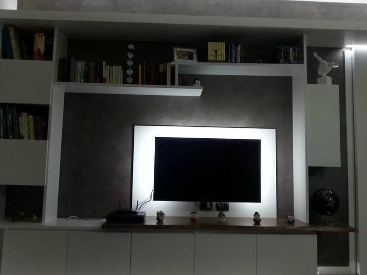 mii appartamento: Soggiorno in stile  di linea contemporanea  home
