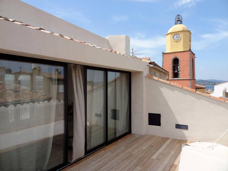 Maison de village à Saint-Tropez: Terrasse de style  par Casa Architecture