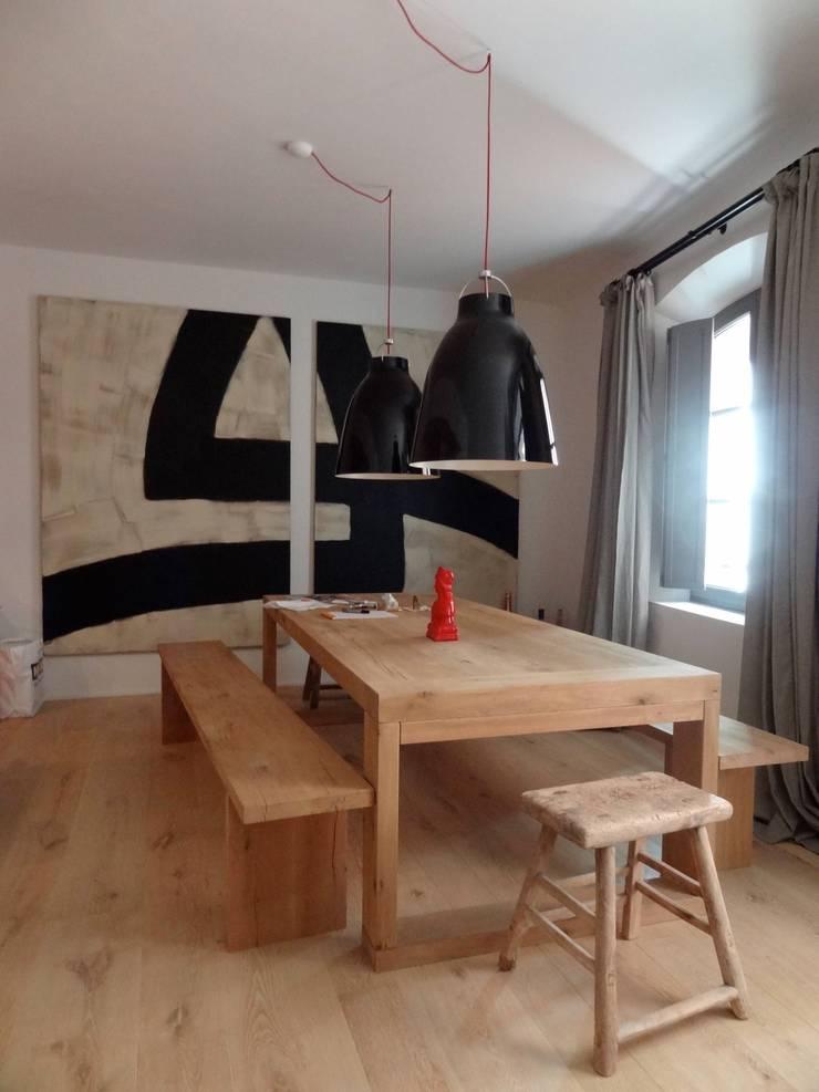 Maison de village à Saint-Tropez: Salle à manger de style  par Casa Architecture