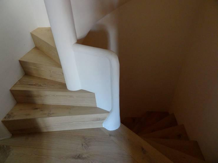 Maison de village à Saint-Tropez: Couloir et hall d'entrée de style  par Casa Architecture