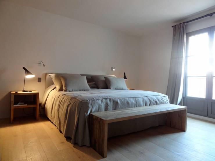 Maison de village à Saint-Tropez: Chambre de style  par Casa Architecture