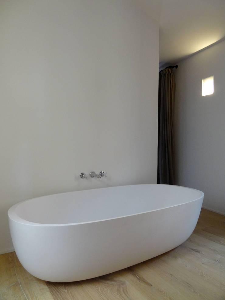 Maison de village à Saint-Tropez: Salle de bains de style  par Casa Architecture
