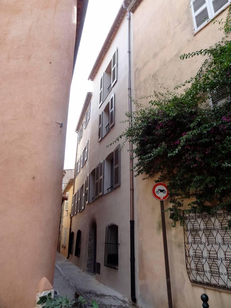 Maison de village à Saint-Tropez:  de style  par Casa Architecture