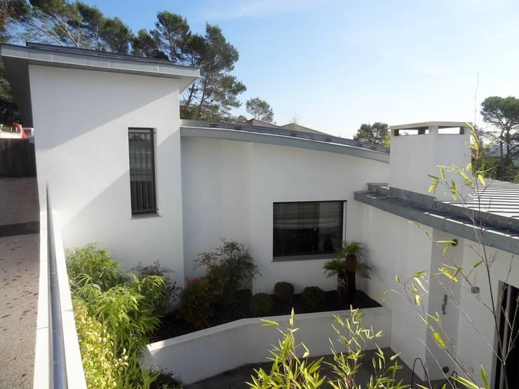 Villa contemporaine: Maisons de style de style Colonial par Casa Architecture