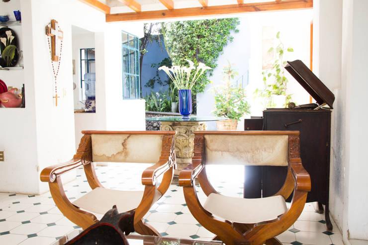Silla romana: Hogar de estilo  por Mikkael Kreis Architects