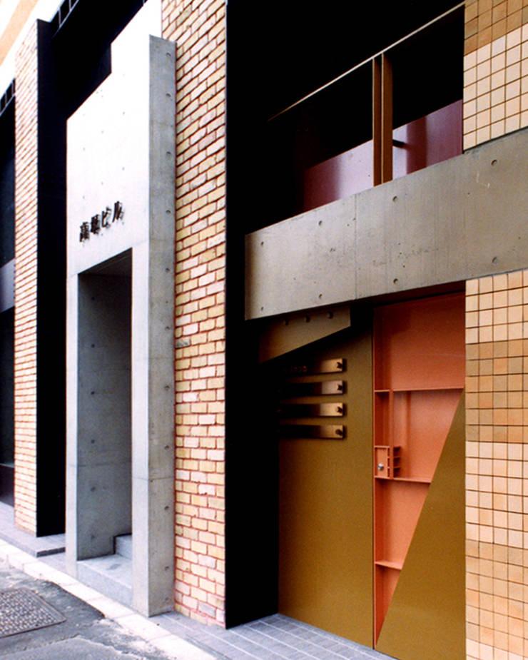 地層の表情: ユミラ建築設計室が手掛けた家です。