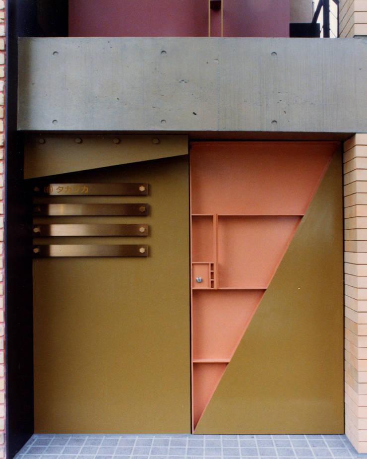 地層の表情: ユミラ建築設計室が手掛けた窓です。