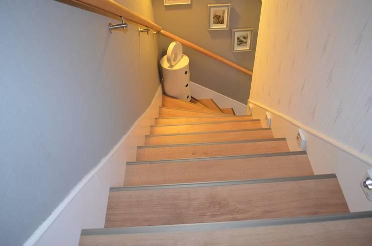Après : Modernisation de l'escalier:  de style  par Christèle BRIER Architechniques