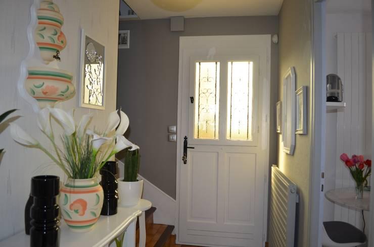 Après : relooking par la pose d'un intissé peint en gris:  de style  par Christèle BRIER Architechniques